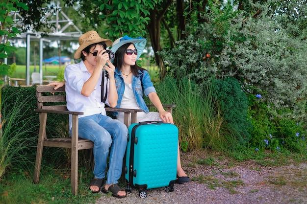 Paar reiziger hebben een bagage zittend op de stoel en foto weergave van de natuur