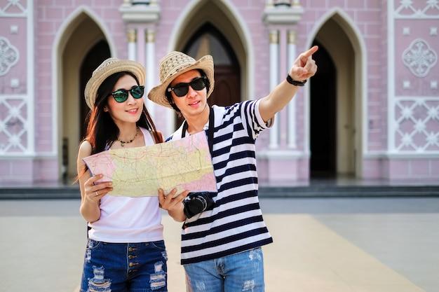 Paar reiziger met behulp van lokale kaart samen voor naar de bestemming in de stad.