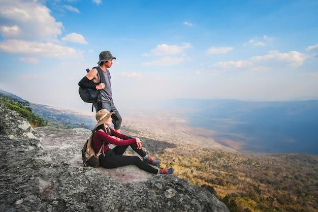 Paar reiziger zijn op de top van de berg