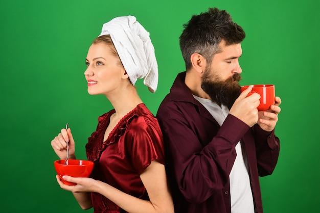 Paar relatie liefde romantische genegenheid levensstijl concept verliefde paar thuis ontbijten