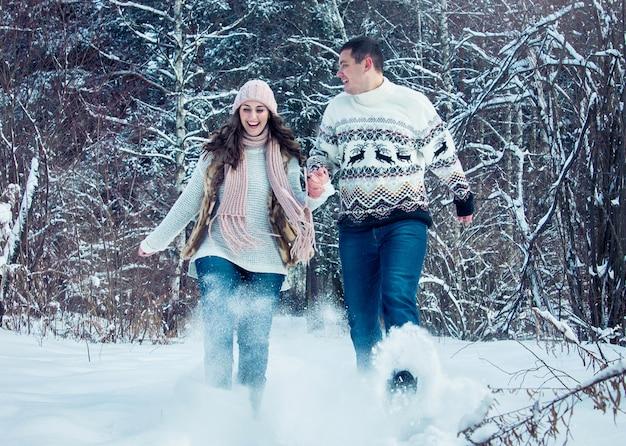 Paar rent en gooit sneeuw