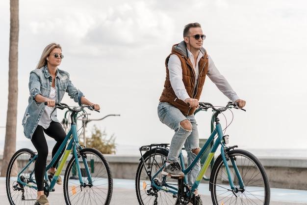 Paar rijden hun fietsen