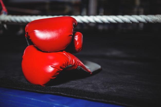 Paar rode bokshandschoenen