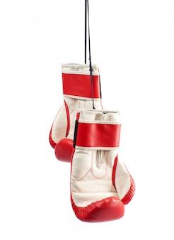 Paar rode lederen bokshandschoenen die aan een zwart touw hangen