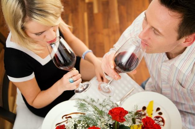 Paar rode wijn drinken