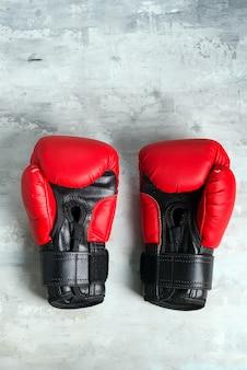 Paar rood van bokshandschoenen