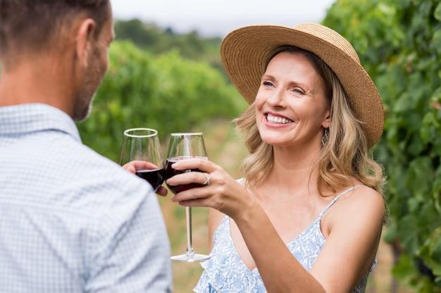 Paar roosteren met wijn