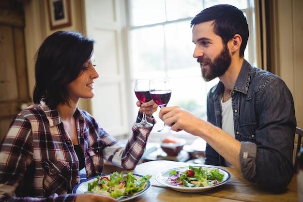 Paar roosterende glazen wijn