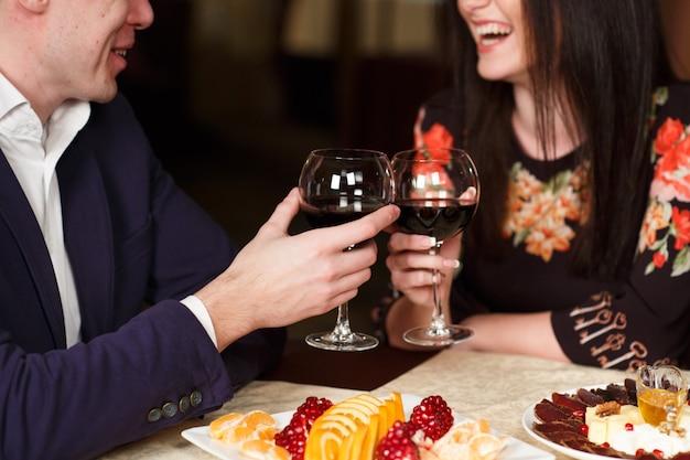 Paar roosterende wijnglazen