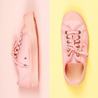 Paar roze canvastennisschoenen, sluit omhoog