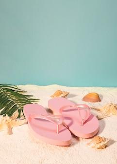Paar roze sandalen op het strand
