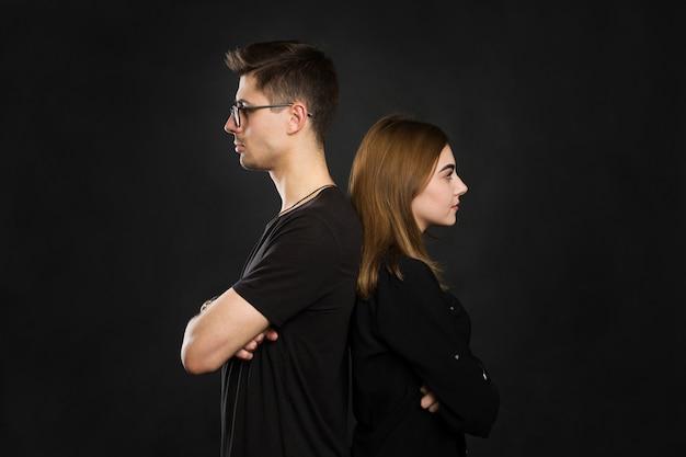 Paar rug aan rug niet praten na een argument op zwart scherm