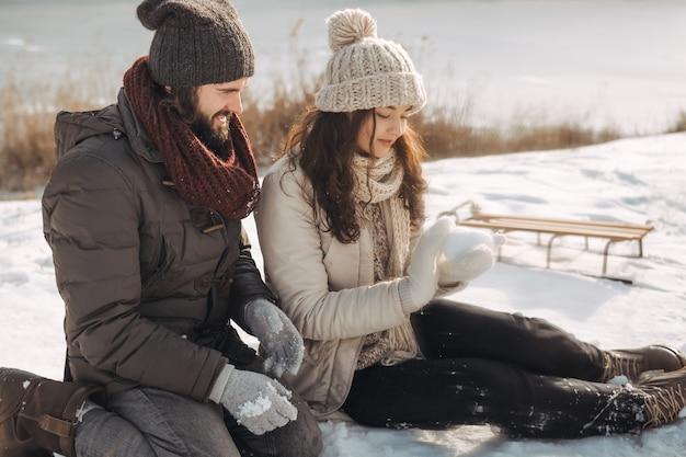 Paar rusten in wintervakantie buitenshuis