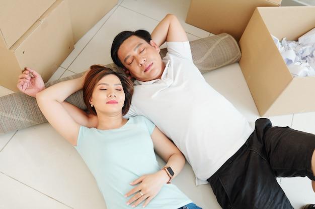 Paar rusten na het inpakken van bezittingen