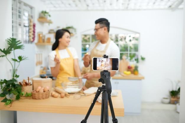 Paar samen deeg maken, bakken en koken concept rustieke stijl foto voor kookboek en kookblog
