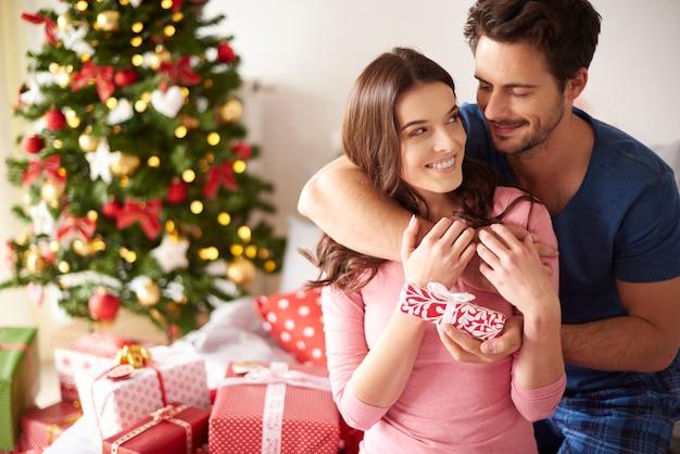 Paar samen kerstmis vieren