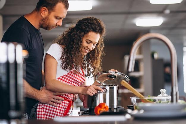 Paar samen koken in de keuken