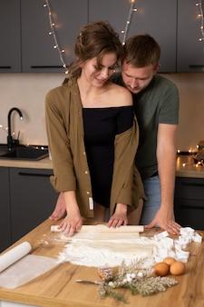 Paar samen koken koekjes in de keuken op valentijnsdag, samen een geweldige tijd.