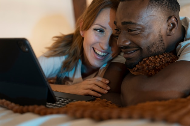 Paar samen netflix kijken in de slaapkamer