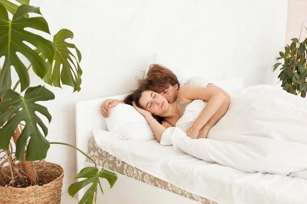 Paar samen slapen in de slaapkamer