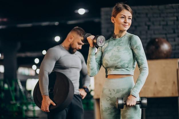 Paar samen trainen in de sportschool