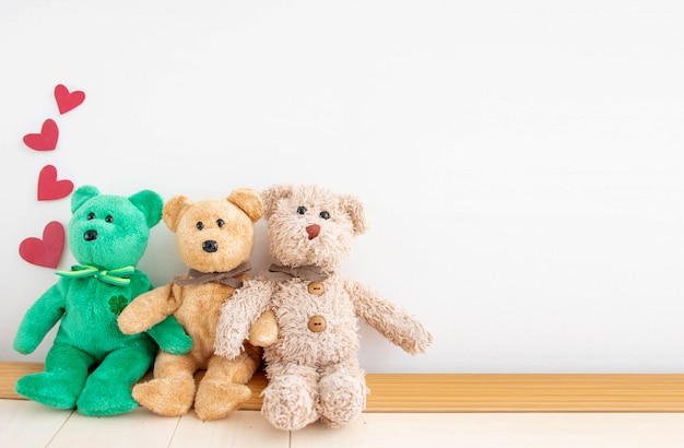 Paar schattige teddybeer met rood hart ballonnen