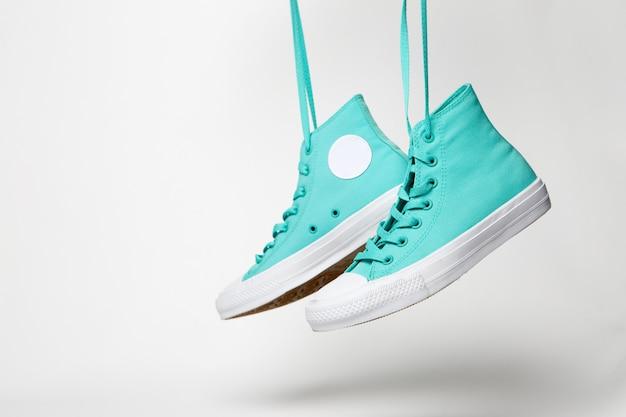 Paar schoenen met veters op wit
