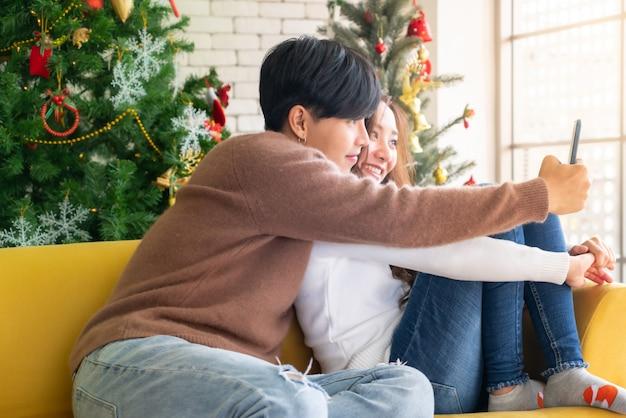 Paar selfie kerstvieringsvakantie