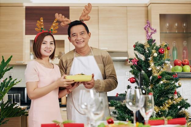 Paar serveren kerstdiner
