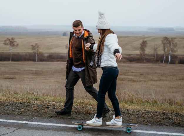 Paar skateboarden buiten op de weg