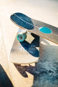 Paar skateboards onder de zon