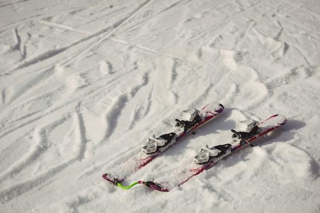 Paar ski's in de sneeuw