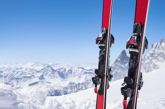 Paar ski's op sneeuw