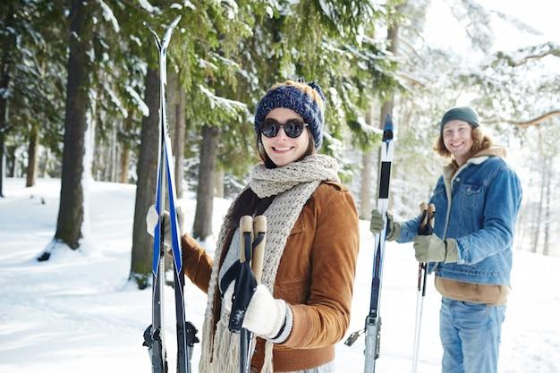 Paar skiën op resort