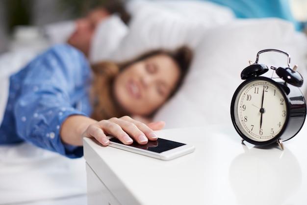 Paar slapen in de ochtend