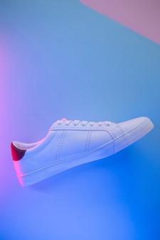 Paar sneakers op kleur achtergrond, bovenaanzicht.