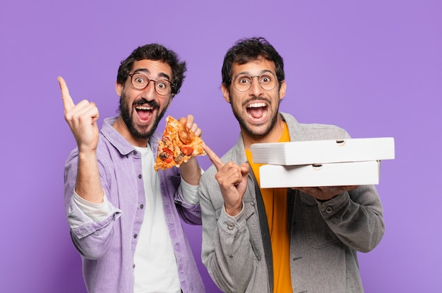 Paar spaanse vrienden die een succesvolle overwinning vieren en pizza's meenemen