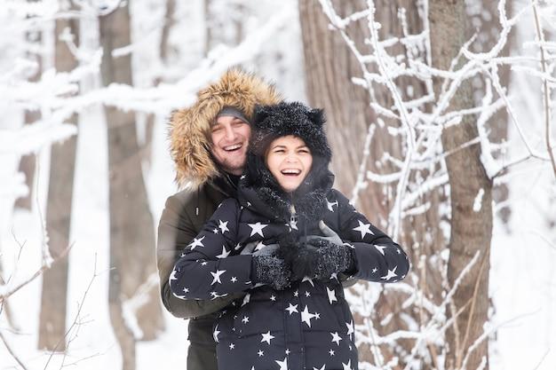Paar speelt met sneeuw in de winter