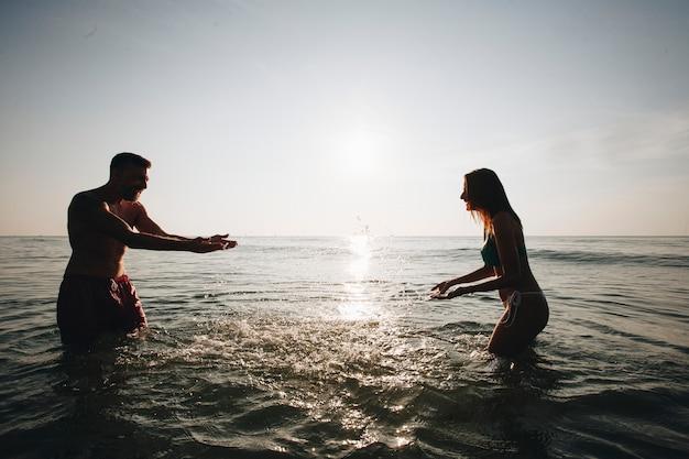 Paar spelen in het water