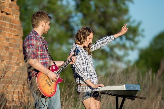 Paar spelen muziek