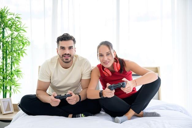 Paar spelen van videogame in de kamer met geluk