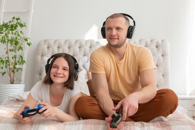 Paar spelen van videogames thuis Premium Foto
