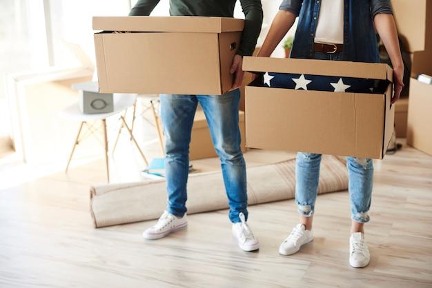 Paar staand met kartonnen dozen