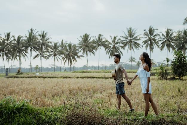 Paar stijlvolle wandelen in rijst veld samen