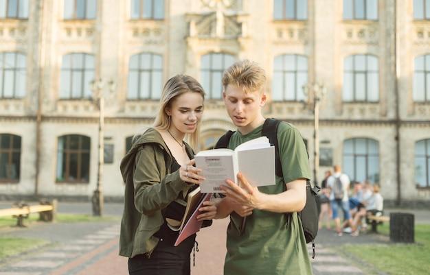 Paar studenten die zich dichtbij universiteit bevinden