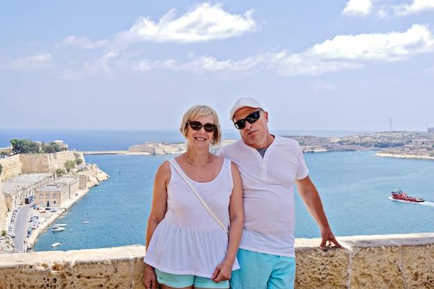 Paar tegen blauwe zee