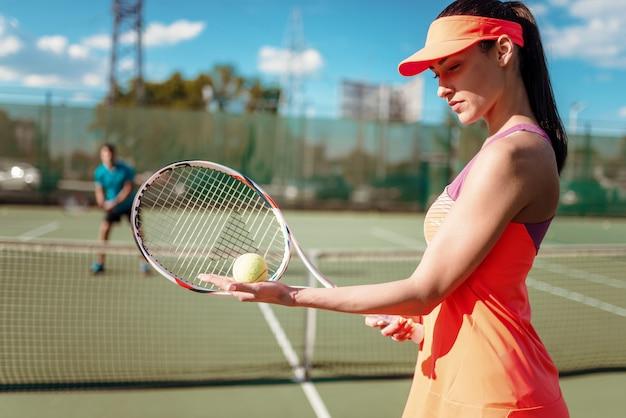 Paar tennissen op buitenbaan