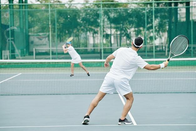 Paar tennissen