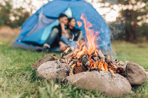 Paar tent in de buurt van kampvuur, selectieve aandacht