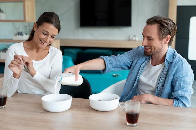 Paar thuis eten samen
